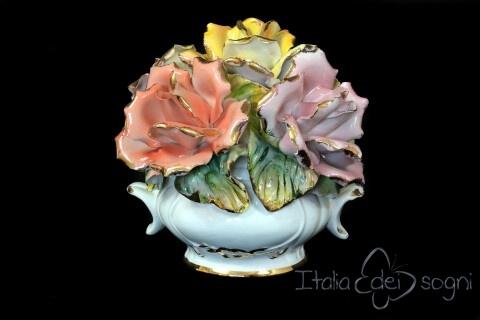 Cesto di fiori in ceramica in stile capodimonte