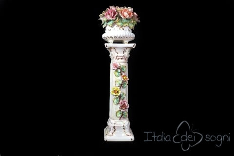 Colonna con cesto di fiori in stile capodimonte