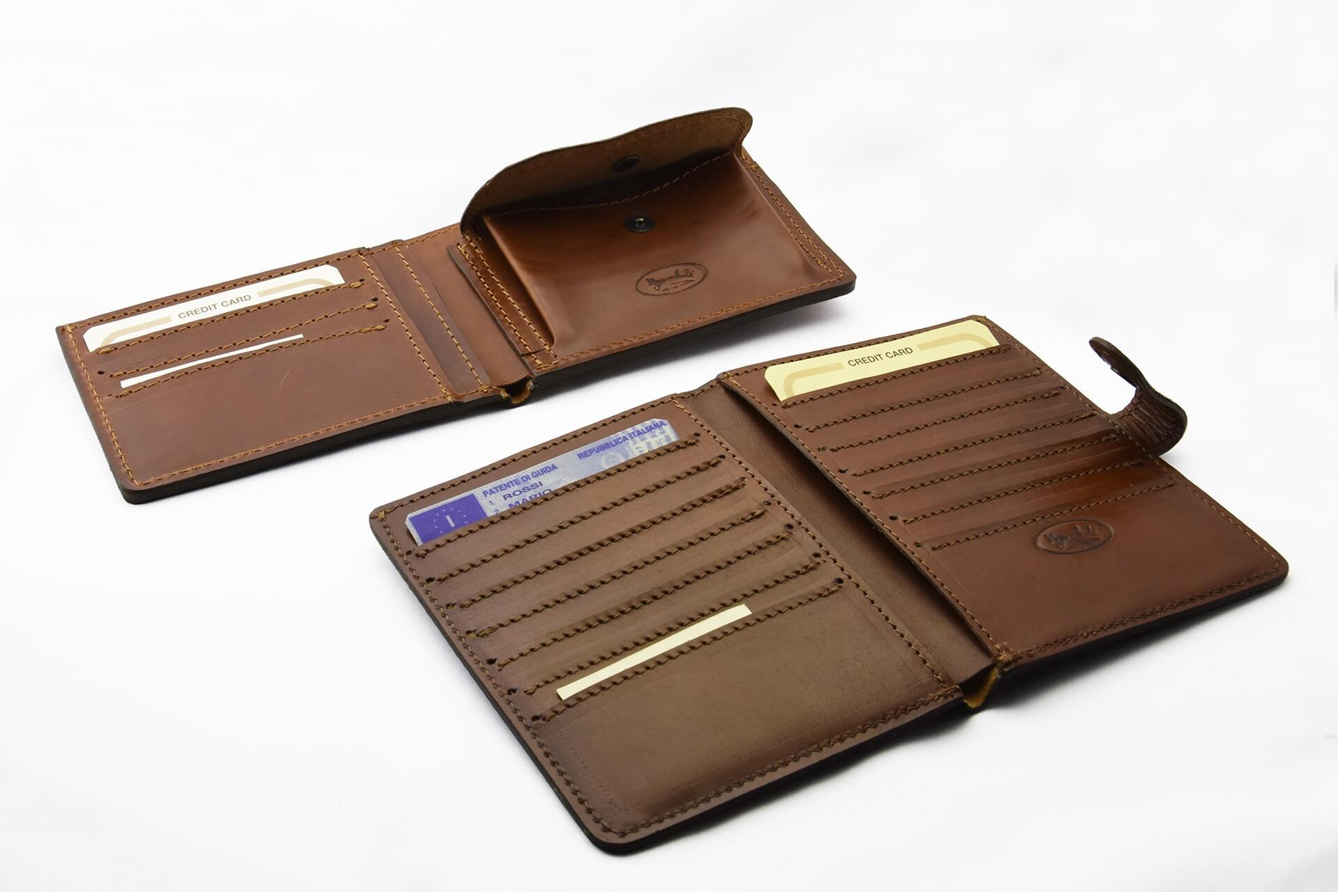 Portafoglio e porta passaporto da uomo in cuoio