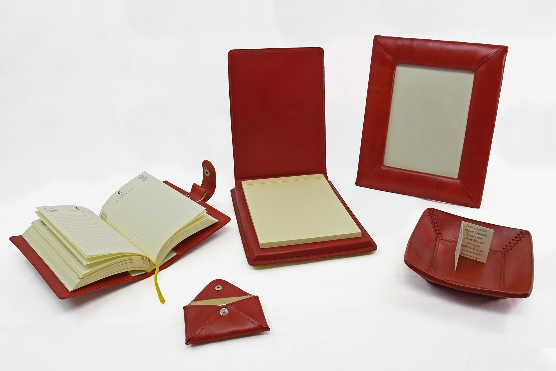 Set da scrivania composto da cinque pezzi in colore coordinato for Scrivania arredo