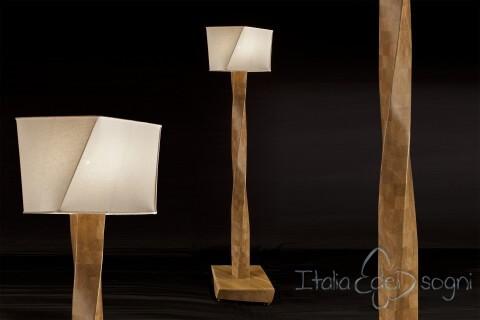 Handgemachten design stehlampe von eichenholz in italien.