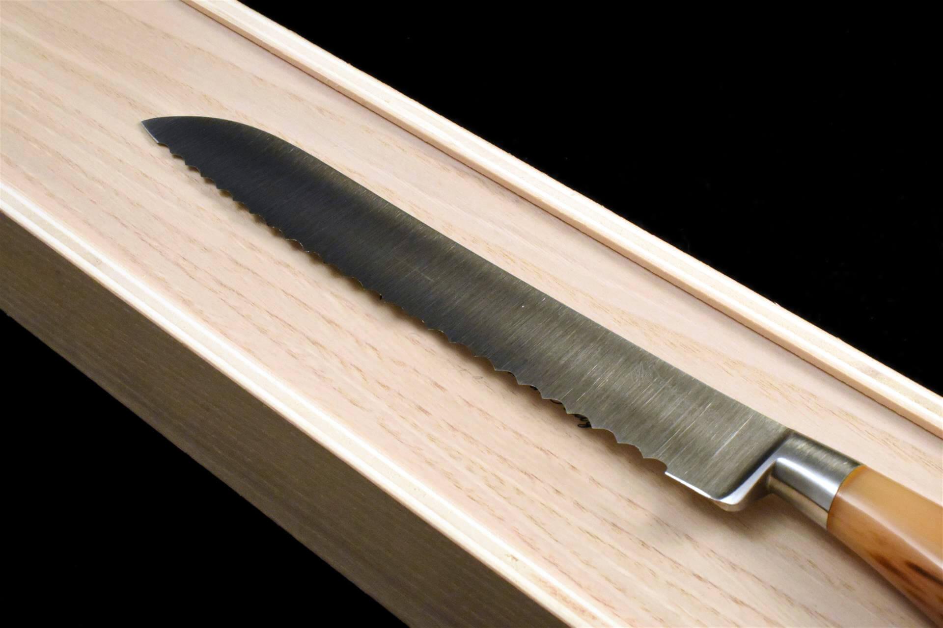 couteau en acier forgé de l'artisanat italien. ce couteau à pain a