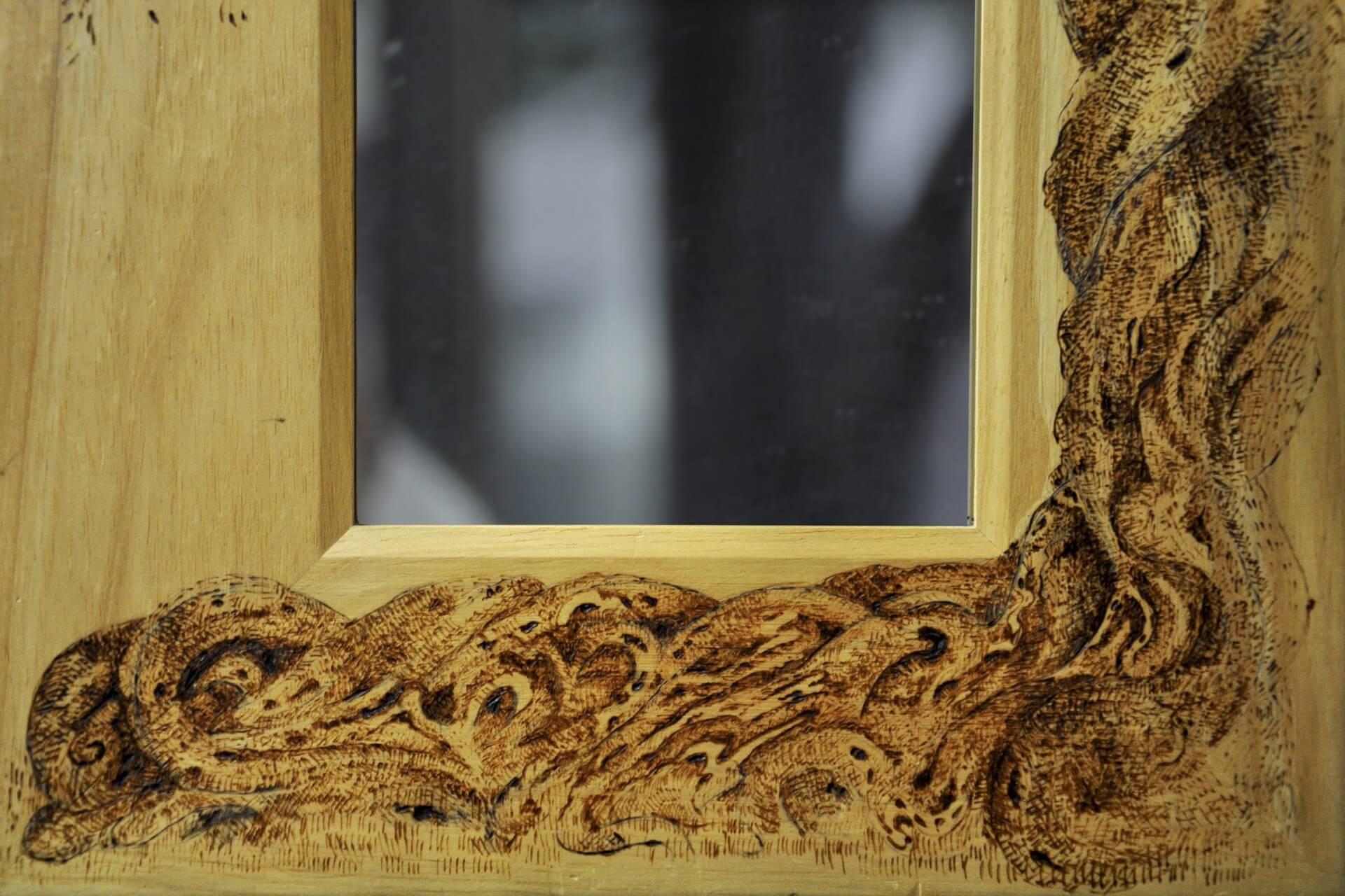 Specchio con cornice in legno con ulivo disegnato a pirografo - Specchio con cornice ...